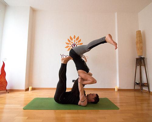 posizioni yoga in due