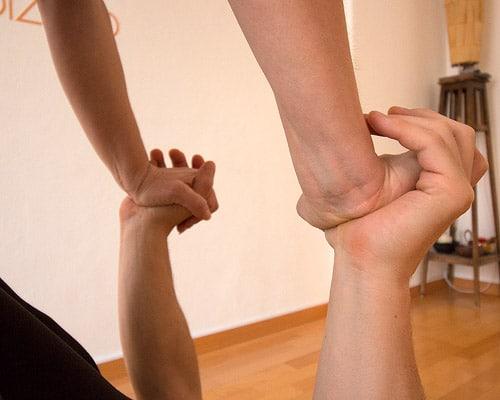 Posizioni yoga in due guida