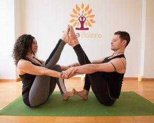 posizioni-yoga-in-due-Navasana