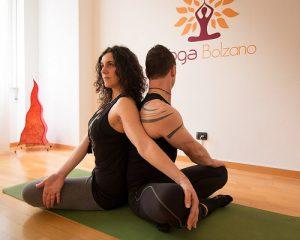 Torsione-yoga-in-due