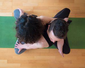 Torsione-yoga-in-due-dall'alto