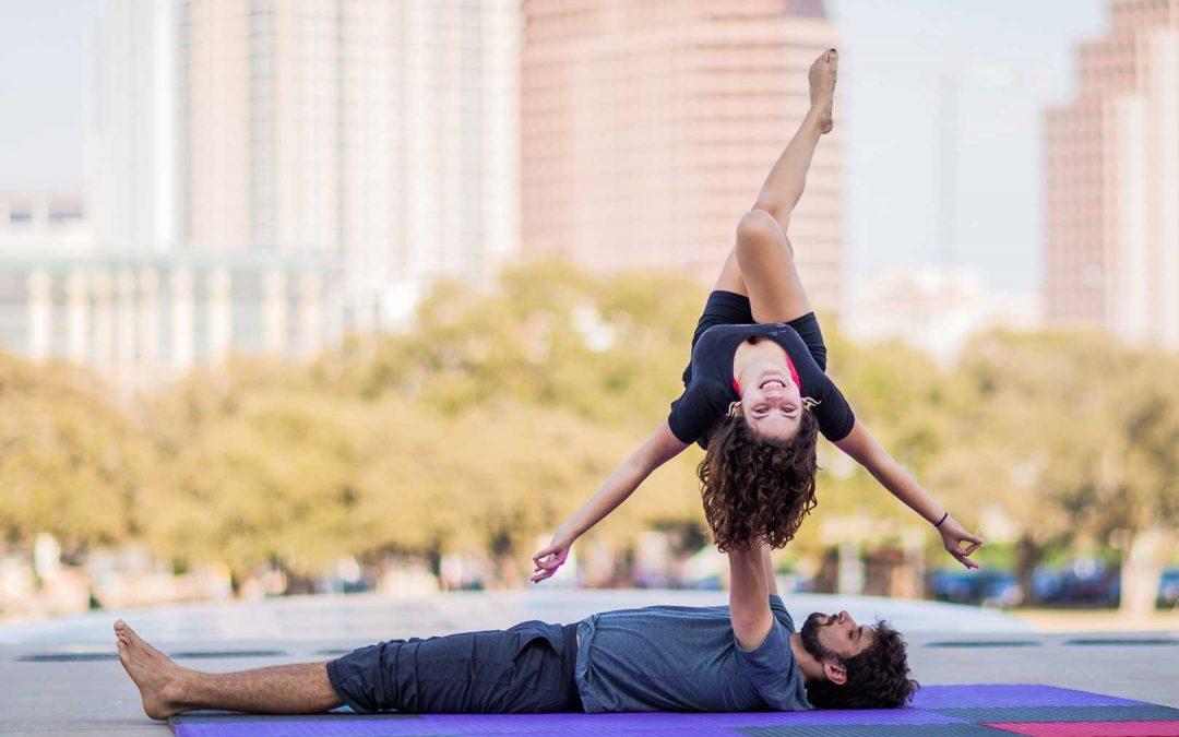 Posizioni Yoga in due. Da facili a difficili, la guida foto e video